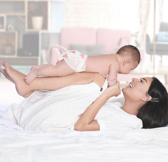 """صورة عفوية لـ """" سيرين """" تداعب فيها طفلها"""