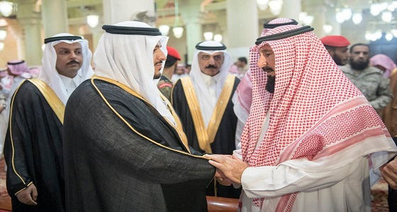 أمير الرياض بالنيابة ينقل تعازي القيادة لأسرة الشهيد العنزي