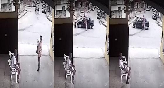 بالفيديو.. اختطاف امرأة داخل سيارة في وضح النهار