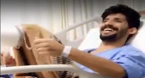 بالفيديو.. جندي مصاب بانفجار اللغم بالحد الجنوبي يمازح أصدقائه بقدمه المبتورة