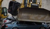 بالفيديو.. الرئيس الفلبيني يسحق عشرات السيارات الفارهة