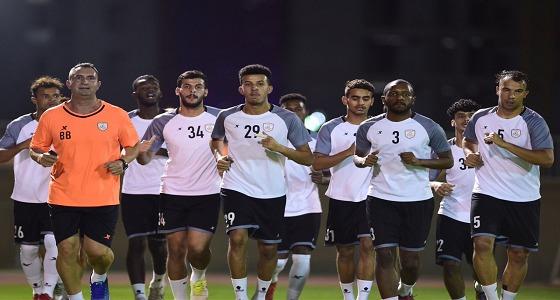 بالصور..الشباب يواصل التدريبات وفاروق بن مصطفى يصل الرياض غدا