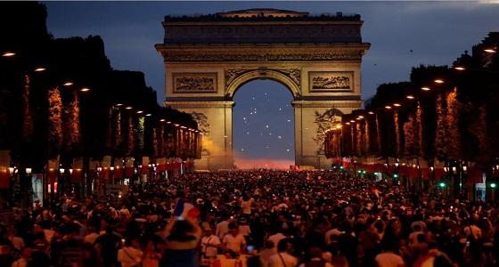 صور رائعة لاحتفال جماهير فرنسا في شارع الشانزليزيه