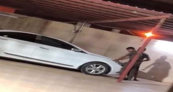 بالفيديو والصور.. إطلاق عيار ناري بحفل زفاف يخترق مظلة سيارة بأحد المسارحة