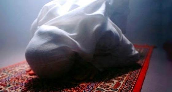 مواطن يموت على سجادة الصلاة فتلحقه زوجته حزنا عليه