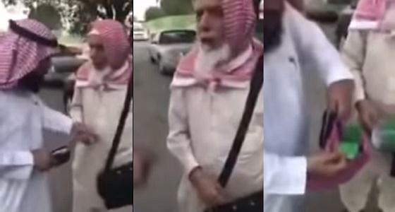 """بالفيديو.. مسن باكستاني يمتهن إصلاح المصاحف """" الممزقة """""""