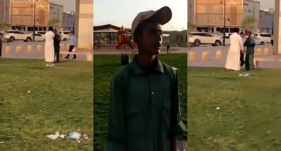 بالفيديو.. شاب يتعدى على عامل نظافة بالضرب في إحدى حدائق الرياض