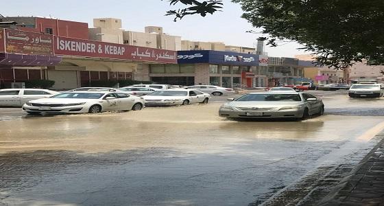 بالصور.. شلل مرورى بأحد شوارع مكة عقب انفجار ماسورة مياه