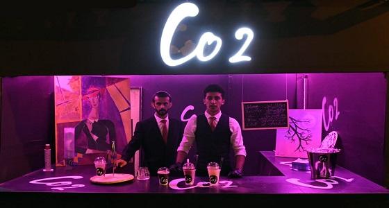 سعوديّان يوظّفان الكيمياء في تقديم المشروبات بمهرجان أبها للتسوق