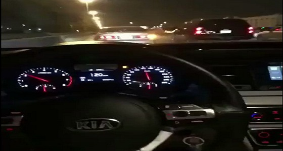 بالفيديو.. سائقٌ متهور يقود بسرعة جنونية ويصطدم بالسيارات التي لاتمهد له الطريق