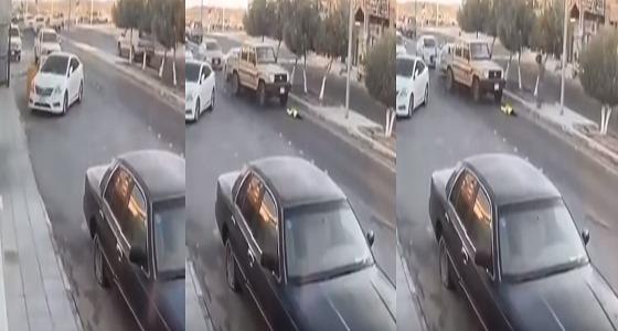بالفيديو.. طفلة تنجو من موت محقق بعد تعرضها لحادث دهس