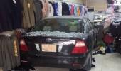 بالفيديو.. لحظة دخول إمرأة محل ملابس بسيارتها في الإحساء
