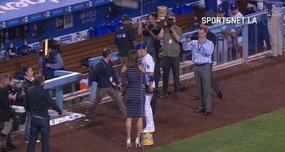 بالصور.. موقف محرج للاعب بيسبول أمريكي بسبب طول قامته
