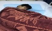 بالصورة.. هكذا اضطر مواطن أن يدفي ابنه لعدم وجود شراشف طبية بمستشفى بالعرضيات