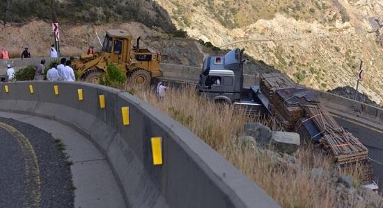 """بالصور.. شاحنة أخشاب تغلق عقبة """" تلاع """" بالنماص"""