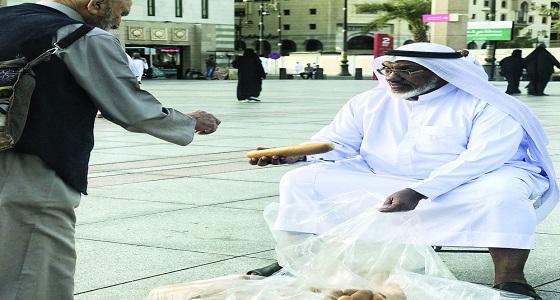 ضابط جيش متقاعد يوفر إفطار مجاني لزوار المسجد النبوي