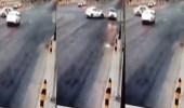 """بالفيديو.. سائق """" تاكسي """" يقطع الإشارة ويصور ساهر ويصدم سيارة الشرطة"""