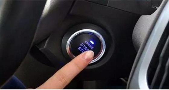 اكتشف ما يحدث عند الضغط على زر تشغيل السيارة أثناء السير