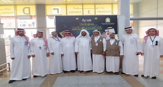 بالصور .. وزير الشؤون الإسلامية يتجول في مطار الملك عبدالعزيز الدولي بمحافظة جدة