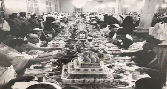 صورة نادرة لعشاء مُقام من الملك سعود لبعثات الحج قبل 56 عاما