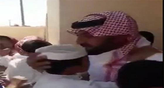 بالفيديو.. طلاب في الأفلاج يحرصون على زيارة معلمهم السابق تقديرًا له