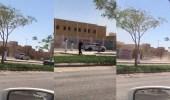 بالفيديو.. مستهتر يفحط أمام بوابة مدرسة بالقريات معرضا حياة الطلاب للخطر