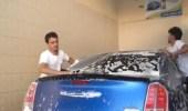 بالفيديو.. 4 شبان يقتحمون مجال غسيل السيارات بالقريات