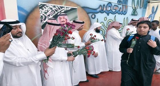 بالصور.. 8 آلاف وردة توعوية من مكافحة المخدرات لطلاب تعليم مكة
