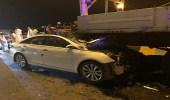 إصابات في حادث اصطدام مركبة بمعدة استقرت على المسار السريع دون تحذير