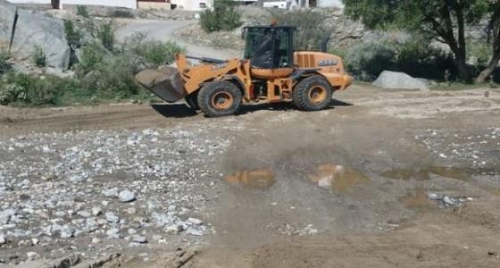 """بالصور.. إعادة فتح طرق قرى """" سد عامر بني شهر """" بعد أن جرفتها السيول"""