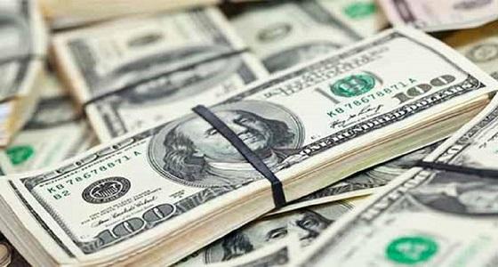 الدولار يرتفع مع انخفاض الأسهم