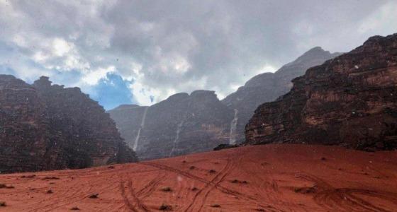 بالفيديو.. لوحة جمالية ترسمها الشلالات على جبال تبوك