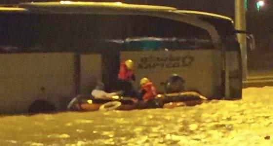إنقاذ 46 شخصا محتجزا داخل باص في أحد تجمعات المياه بحفر الباطن
