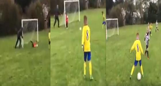 بالفيديو..أب يتدخل لإنقاذ مرمى ابنه من هدف