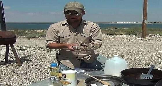 بالفيديو والصور.. شخص يطهو أفعى ضخمة في فرن هولندي