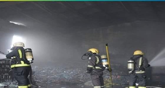 """بالصور.. """" مدني جدة """" يخمد حريق في مستودع للمرطبات"""