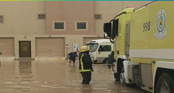 بالصور.. احتجاز حافلة مدرسية بتجمع لمياه الأمطار ومدني بريدة يباشر