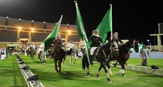 بالفيديو والصور.. خيالة تبوك يجهزون خيولهم بالأعلام والبيارق استعداداً لزيارة الملك