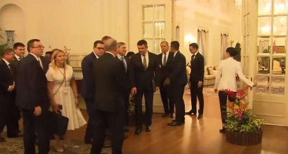 فيديو.. إحراج وزير خارجية روسيا في سنغافورة على الغداء بسبب المراسم