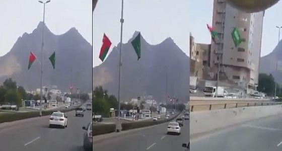 شاهد.. شوارع مكة المكرمة تتزين بالعلمين السعودي والعماني احتفالاً باليوم الوطني للسلطنة