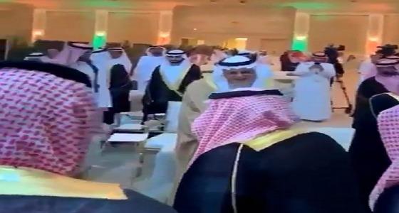 بالفيديو.. أمير الرياض يرفض الجلوس في صدر المجلس تقديرًا لـ ابن عمه الأمير تركي الفيصل