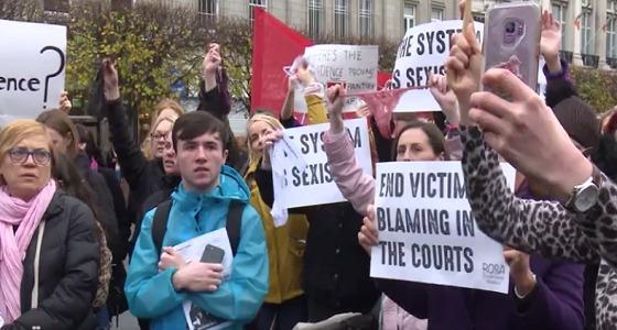 بالفيديو.. تظاهرات نسائية بملابس داخلية تنديدا باغتصاب مراهقة