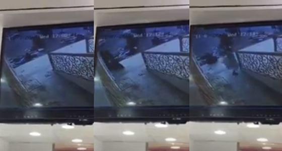 """بالفيديو.. سرقة """" جوال """" من يد امرأة بوادي الدواسر"""