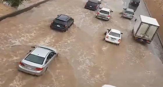 بالفيديو.. هطول أمطار غزيرة على الرياض