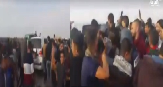 بالفيديو.. متظاهرون فلسطينيون يرشقون موكب السفير القطري بالحجارة في قطاع غزة