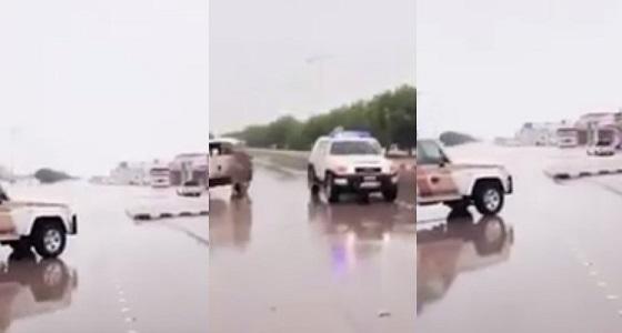 بالفيديو.. إغلاق جميع الطرق المتجمع بها مياه الأمطار بحفر الباطن