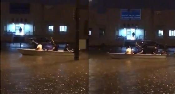 """بالفيديو.. كويتيون يتجولون في الشوارع بـ """" قارب """" وسط مياه الأمطار"""