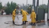 بالصور.. سحب مياه الأمطار من شوارع الحدود الشمالية