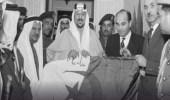 """"""" صورة """" نادرة للملك سعود حاملا علم الجزائر بمبنى الأمم المتحدة"""