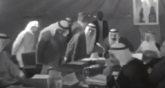 """بالفيديو.. لقطة نادرة لاجتماع وزراء """" أوبك """" بخيمة في الطائف"""